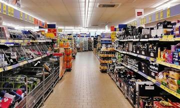 Φουντώνει ο πόλεμος των προσφορών στα ράφια των supermarket
