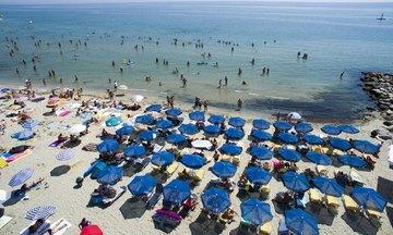 Δημοπρασίες για καντίνες και ομπρέλες στις παραλίες – Ποιοι διαγωνισμοί τρέχουν