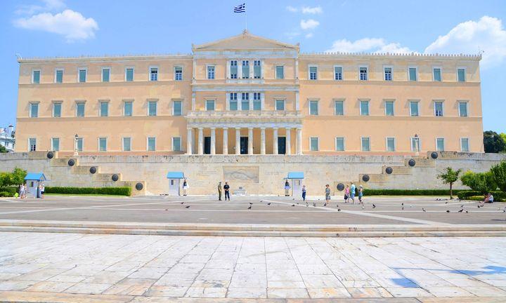 Γραφείο Προϋπολογισμού: Ασφυξία από φόρους και μισθούς - Αμφισβητεί ο Τσακαλώτος