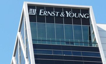 EY: Υπερφορολόγηση και θολή νομοθεσία μπλοκάρουν τις επενδύσεις