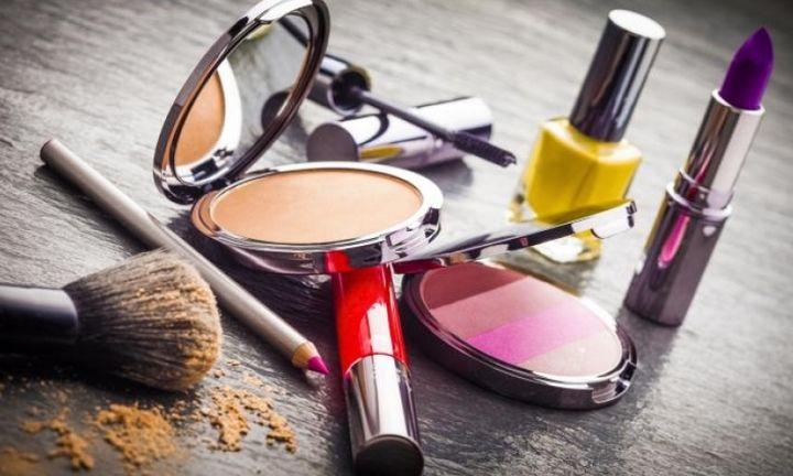Παρά την κρίση οι γυναίκες αγοράζουν καλλυντικά