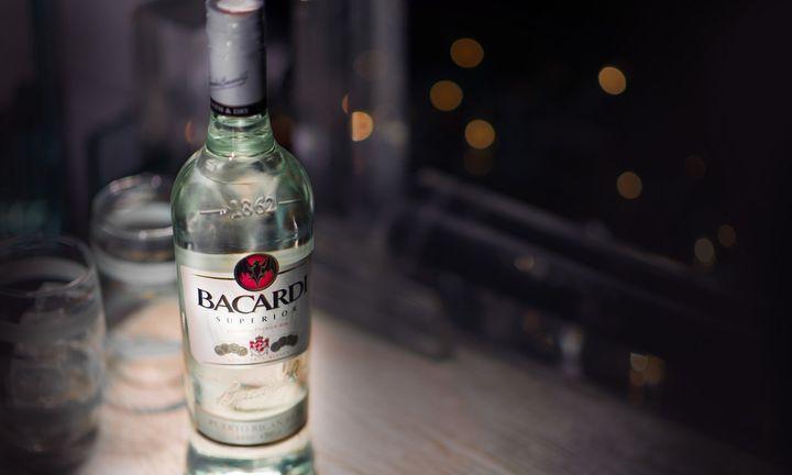 ΑΜΒΥΞ: Η εταιρεία που σερβίρει 356.000 ποτά κάθε βράδυ