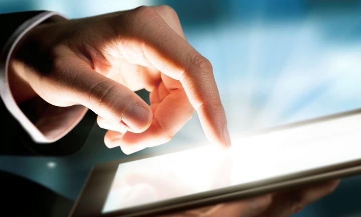 Tο 78% των Ελλήνων παρακολoυθεί τα οικονομικά του online