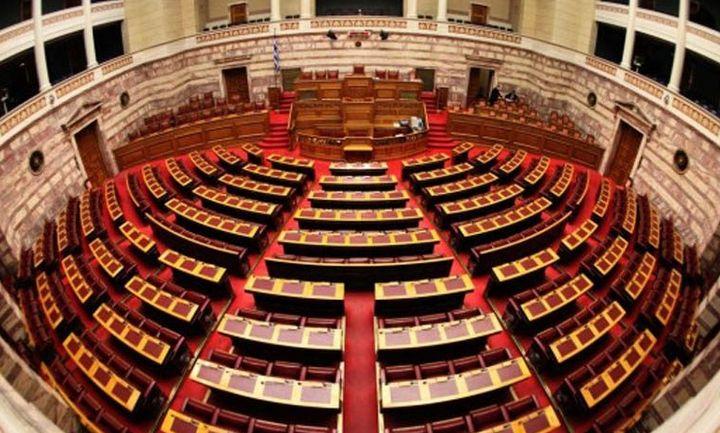 Στη Βουλή το πολυνομοσχέδιο: Τι προβλέπει για πλειστηριασμούς και επιδόματα