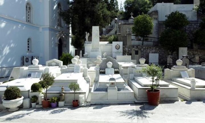 Εφοδοι του ΣΔΟΕ στα νεκροταφεία: Στο στόχαστρο οι γυναίκες που ανάβουν τα καντήλια