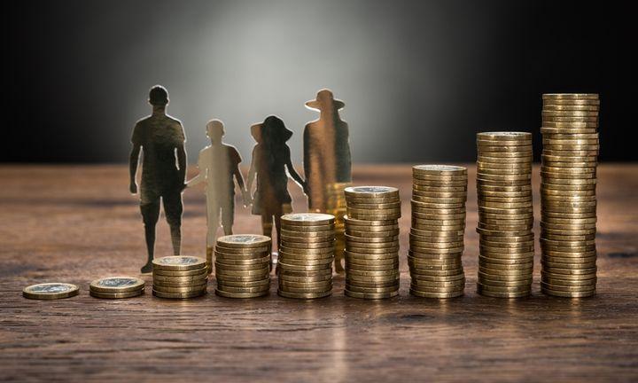 Όλα τα σενάρια για τη μείωση του αφορολογήτου και τι σημαίνουν για την τσέπη μας