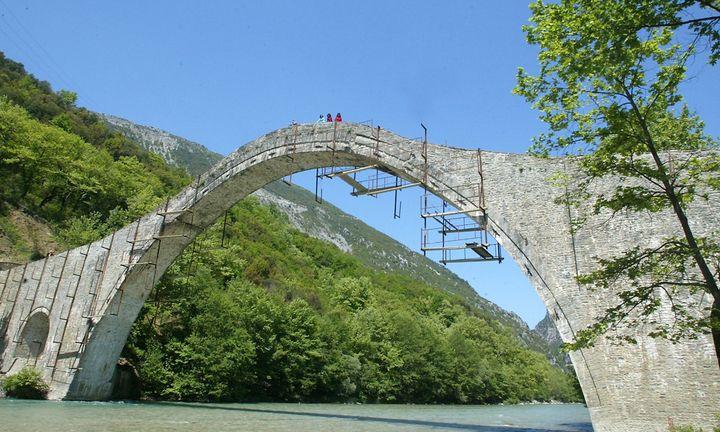 Πώς θα γίνει ο διαγωνισμός για το ιστορικό γεφύρι της Πλάκας