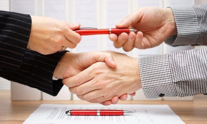 Μαζικές πωλήσεις «κόκκινων» δανείων από τις τράπεζες