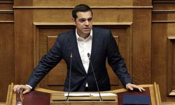 """Τσίπρας στη Βουλή: Οι παροχές δεν είναι """"Τσοβόλα δώσ'τα όλα"""" αλλά αποκατάσταση αδικιών"""