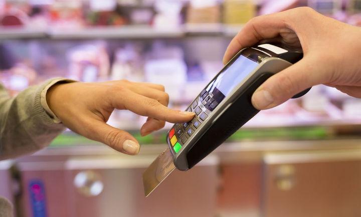 """Το """"φρένο"""" στις πληρωμές με κάρτες φέρνει αύξηση των υποχρεωτικών ηλεκτρονικών συναλλαγών"""