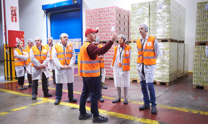 Στο εργοστάσιο της Coca-Cola στο Σχηματάρι ο Κώστας Μπακογιάννης