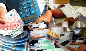 Η εφορία δεσμεύει 350 τραπεζικούς λογαριασμούς την ημέρα