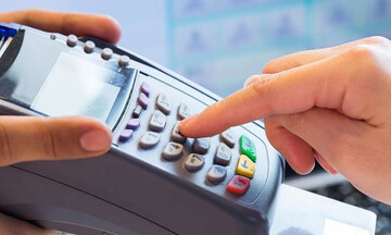 Σχέδια για αύξηση των δαπανών με κάρτα για το «χτίσιμο» του αφορολογήτου