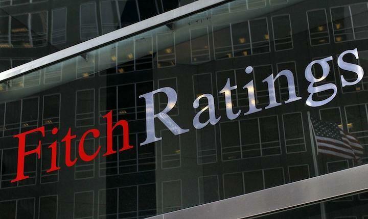 """Αναδρομικά και """"κόκκινα"""" δάνεια μπορεί να ξαναφέρουν τα capital controls, προειδοποιεί η Fitch"""