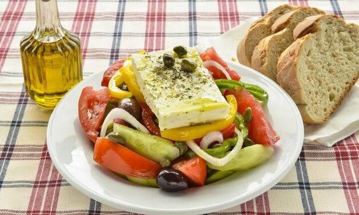 Στην Κρήτη χρέωσαν επιπλέον... το λάδι στη χωριάτικη σαλάτα