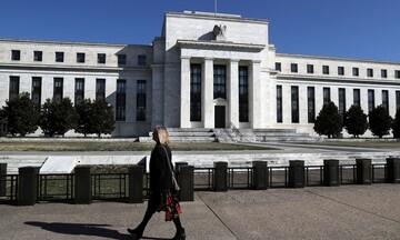 Τρίτο σερί μείωσης των επιτοκίων από τη Fed