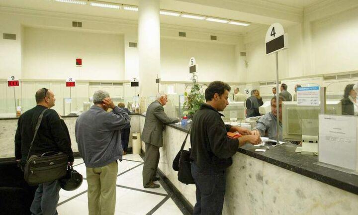 Οι τράπεζες «παγώνουν» τις αυξήσεις στις προμήθειες