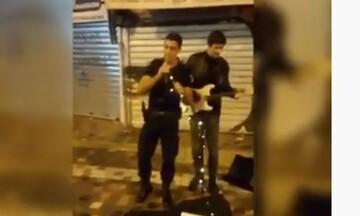 Αστυνομικός τραγουδάει το Stand by me στο Μοναστηράκι