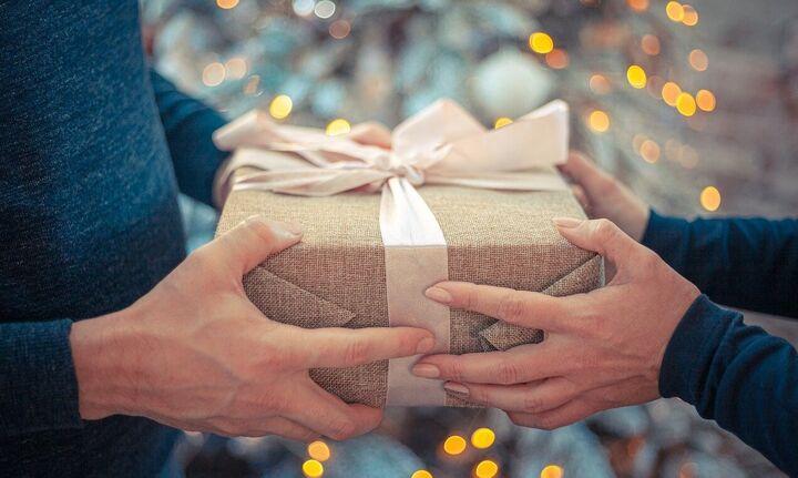 Πόσα ξοδεύουμε τα Χριστούγεννα για δώρα, τα χρέη και οι ώρες στις ουρές των ταμείων