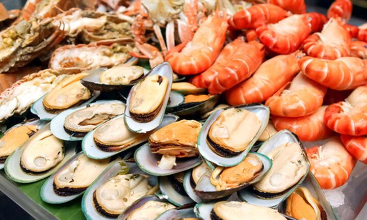 Βήμα-βήμα πώς θα ξεχωρίσετε αν τα θαλασσινά είναι φρέσκα
