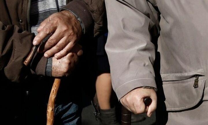 Σε ανοικτούς χώρους και με γάντια οι πληρωμές των συνταξιούχων