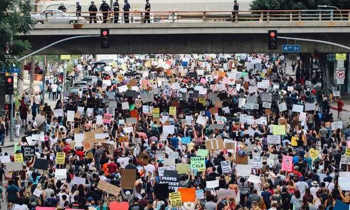 Αγνοούν τις απαγορεύσεις, συνεχίζουν τις διαδηλώσεις