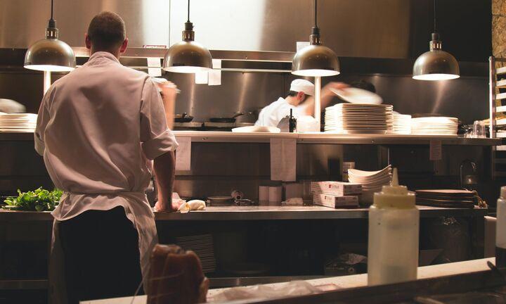 Ανοίγουν εστιατόρια ξενοδοχείων, μπαίνει μουσική στα μπιτς μπαρ