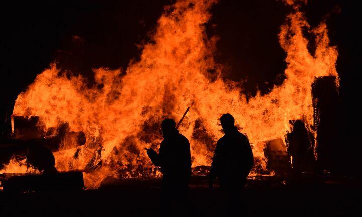 Εκκενώνονται οικισμοί στην Ικαρία λόγω πυρκαγιάς