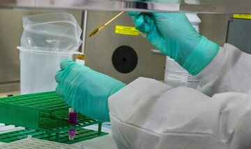 Αναστέλλει τις δοκιμές για το εμβόλιο για τον κορονοϊό η AstraZeneca
