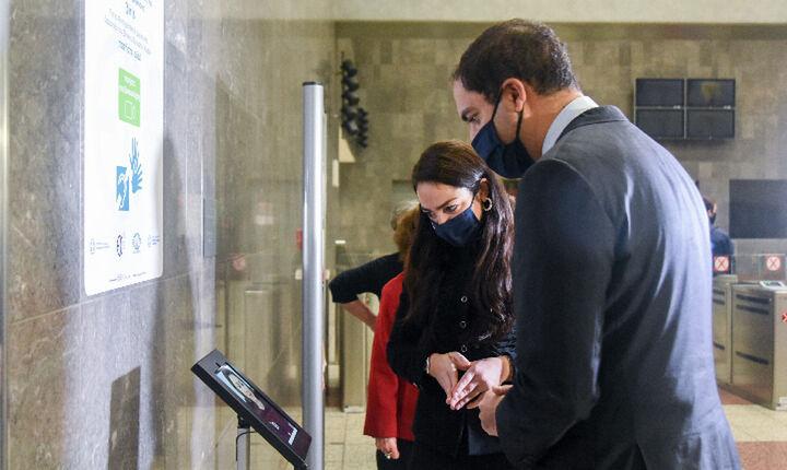 Λειτουργία σταθμού βιντεοεπικοινωνίας για κωφούς και βαρήκοους στον σταθμό Μετρό Συντάγματος