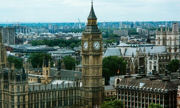 Το καθολικό lockdown επιστρέφει στη Βρετανία