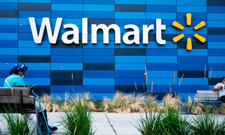 Walmart: Επανεπενδύει στο διαδίκτυο, αυξάνει μισθούς