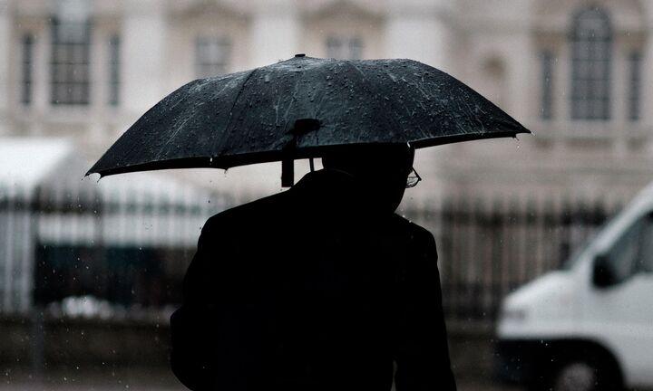 Βρέχει χρήμα από την ΕΚΤ αλλά η Ελλάδα... κρατάει ομπρέλα