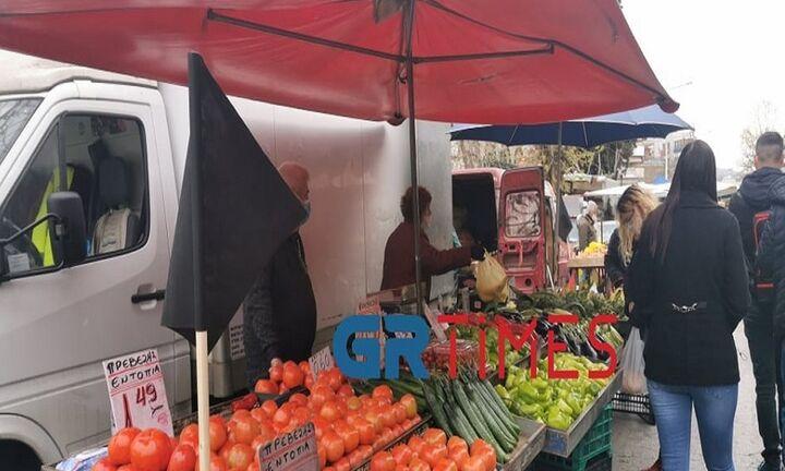 Θεσσαλονίκη: Γέμισαν μαύρες σημαίες οι λαϊκές αγορές