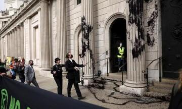 Μ. Βρετανία: Ακτιβιστές πέταξαν μαύρη μπογιά στο κτίριο της Τράπεζας της Αγγλίας