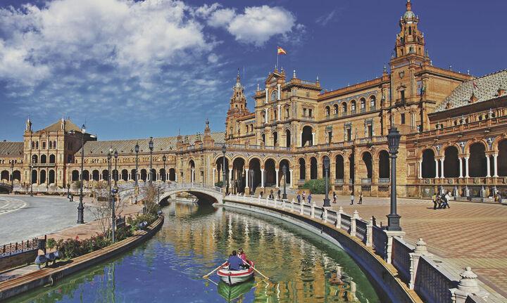 Ισπανία: Κατακόρυφη πτώση στις τουριστικές αφίξεις