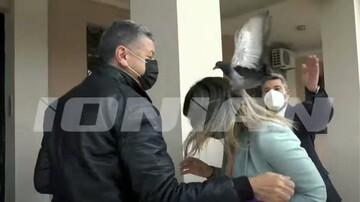 Απίθανο περιστατικό: Περιστέρι «επιτέθηκε» στη Σοφία Ζαχαράκη (video)