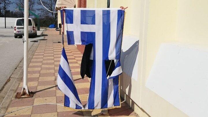 Θεσσαλονίκη: Δίωξη σε βάρος των δυο 14χρονων που κατέβασαν και έσκισαν την ελληνική σημαία