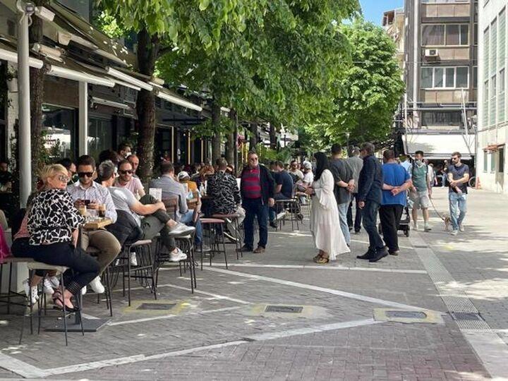 Λάρισα: Δεν πρόλαβαν να ανοίξουν και... γέμισαν από κόσμο οι καφετέριες και τα τσιπουράδικα (ΦΩΤΟ)
