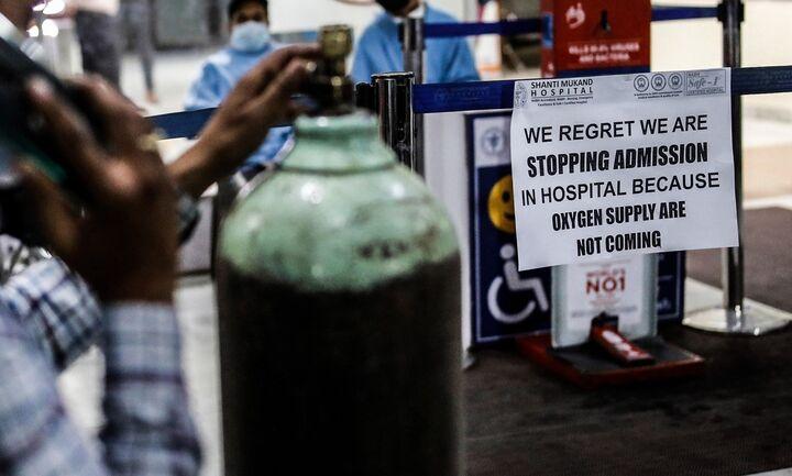 """Εικόνες σοκ στην Ινδία - Το """"οξυγόνο εξπρές"""" προσπαθεί να σώσει τους ασθενείς"""