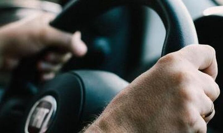 Έρευνα: Οι άνθρωποι που ακούνε μουσική με ακουστικά είναι πιο αργοί στην οδήγηση