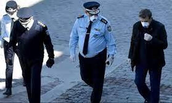 Στοιχεία για το οργανωμένο έγκλημα παρέδωσε στον εισαγγελέα του Αρείου Πάγου ο Μ. Χρυσοχοϊδης
