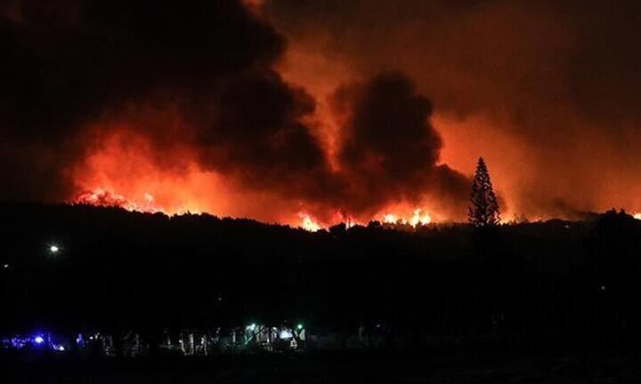 Μαίνεται ανεξέλεγκτη η πυρκαγιά στην Κορινθία