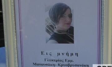 Βουβός θρήνος στην κηδεία της 44χρονης που έχασε τη ζωή της μετά τον εμβολιασμό με AstraZeneca (pic)