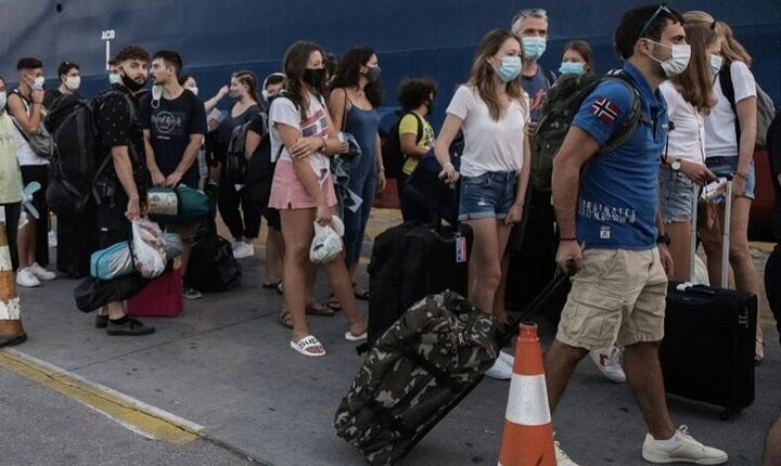 Aπεργία στα πλοία: Ουρές επιβατών στο λιμάνι του Πειραιά