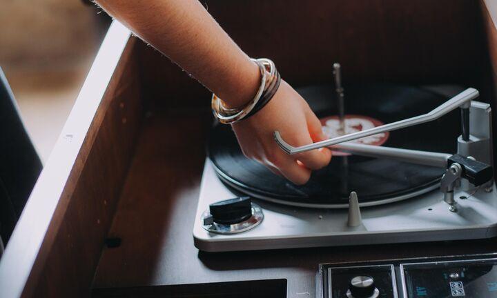 Περισσότερη κανονικότητα από τις 12 Ιουνίου - Ο... DJ πιάνει δουλειά