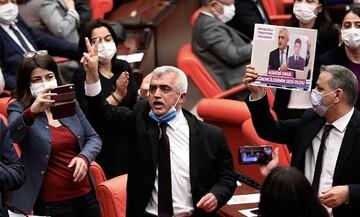 Πολιτικός αναβρασμός στην Τουρκία: Εκτός νόμου το φιλοκουρδικό κόμμα