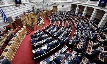 Βουλή: Ανέβηκαν οι τόνοι για την προπληρωμένη κάρτα στους νέους που θα εμβολιάζονται
