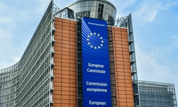 Κομισιόν: Τo 62,7% του ενήλικου πληθυσμού της ΕΕ έχει λάβει τουλάχιστον μία δόση του εμβολίου