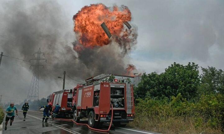 Μαίνεται η φωτιά στην Αττική - Νεκρός εθελοντής πυροσβέστης - Συνεχείς αναζωπυρώσεις